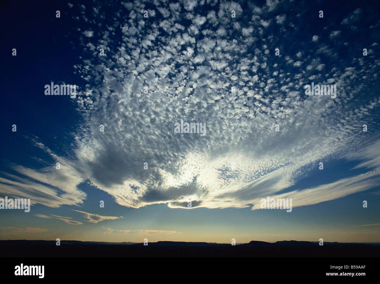 Hohe Wolke vor der Sonne in der Abenddämmerung, Provence, Frankreich Stockbild