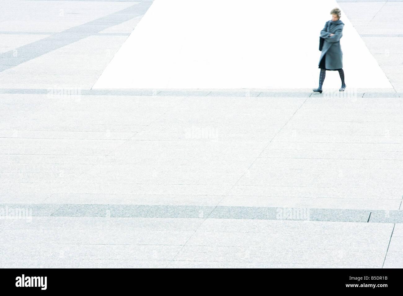 Frau mit Armen gefaltet zu Fuß über der Stadt Stockbild