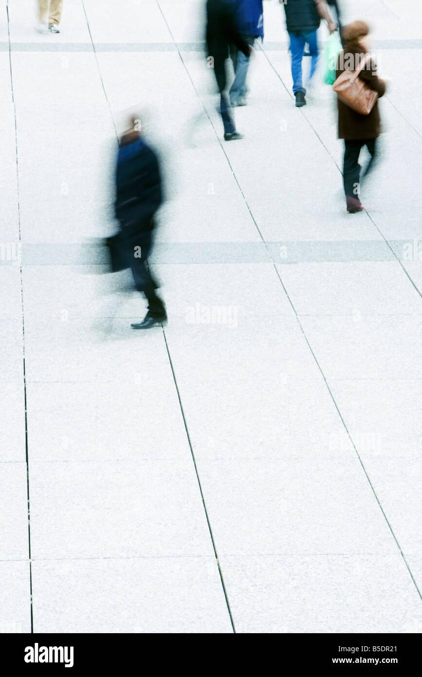 Fußgänger überqueren öffentlichen Platz Stockbild