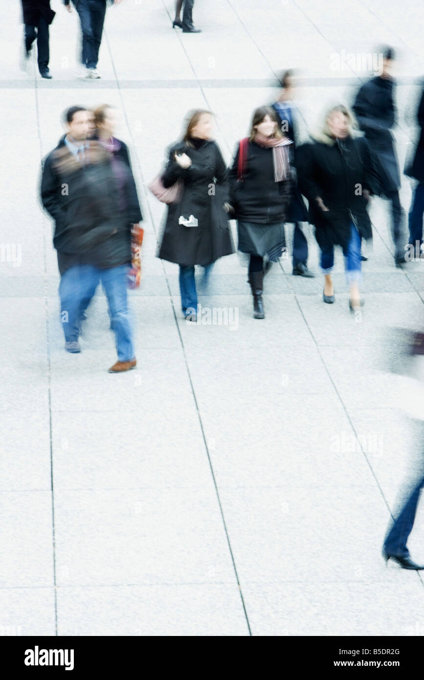 Fußgänger zu Fuß über öffentlichen Platz Stockbild
