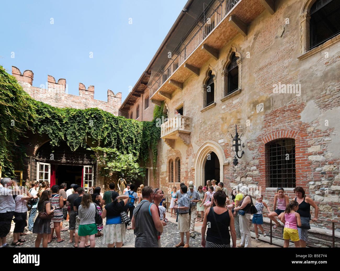 Romeo und Julia Balkon. Touristen unter dem Balkon der Casa di Giulietta (das Haus der Julia), Via Cappello, Verona, Stockbild