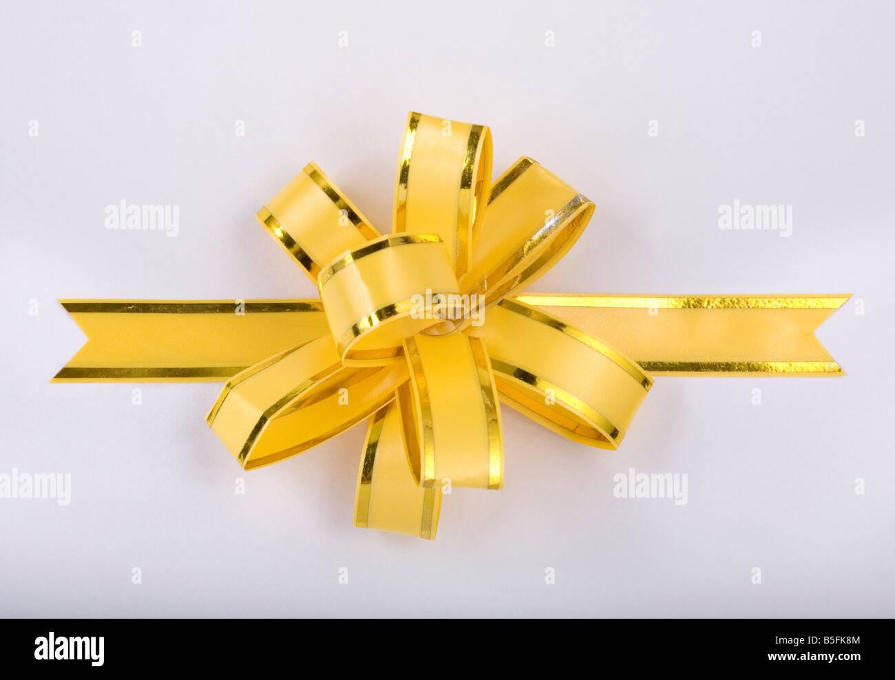 gelbe Weihnachts-Geschenkband und Bogen Stockfoto