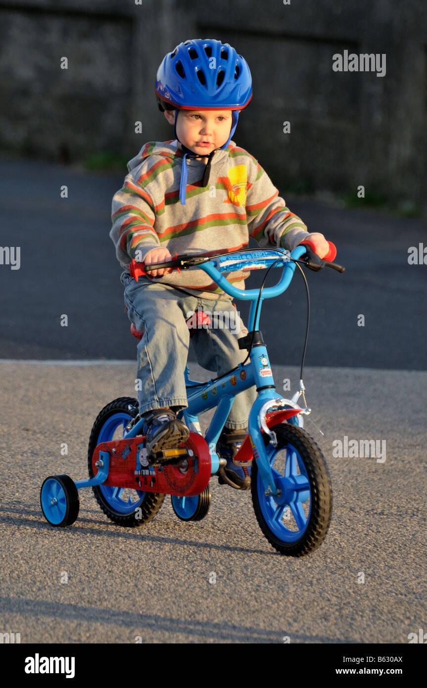 junge 3 jahre kind reiten fahrrad stabilisatoren fahrrad. Black Bedroom Furniture Sets. Home Design Ideas