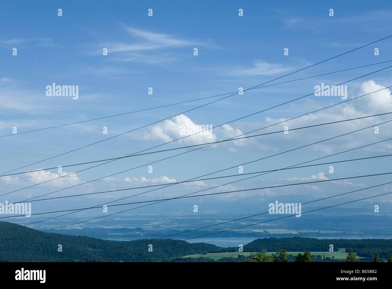 Kabel Kreuz und quer vor landschaftlich Stockbild