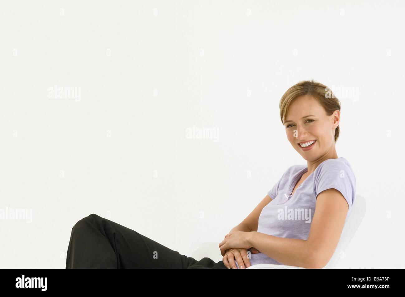 Studioaufnahme eines weiblichen sitzenden Stockbild