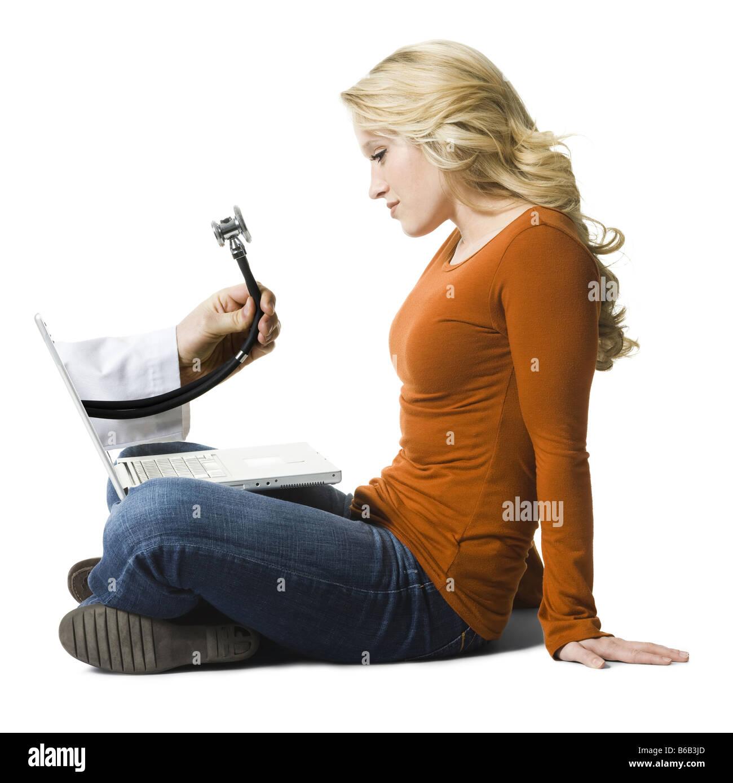 Frau an einem Notebook arbeitet Stockbild