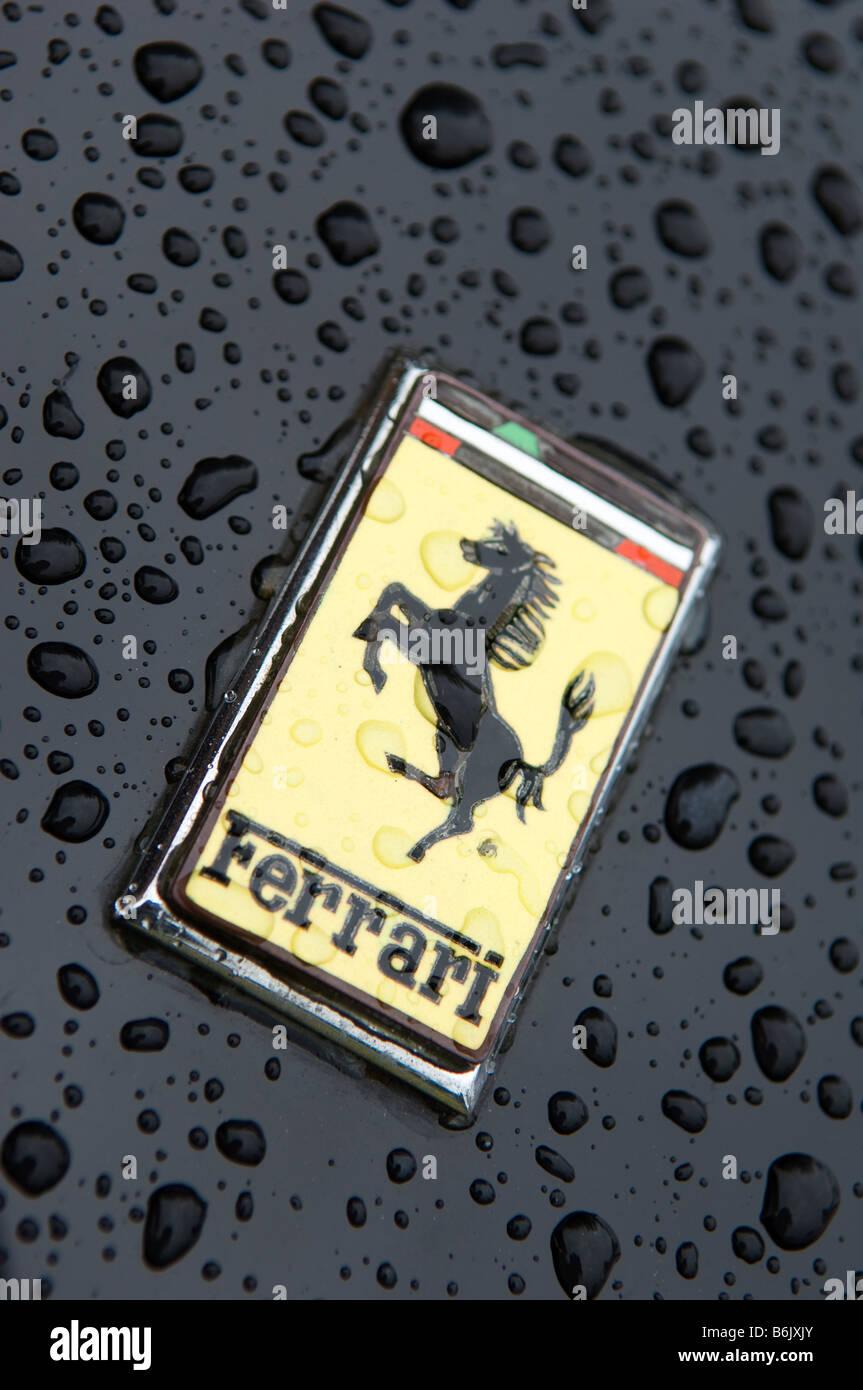 Logo auf Motorhaube von Ferrari Sportwagen Stockbild