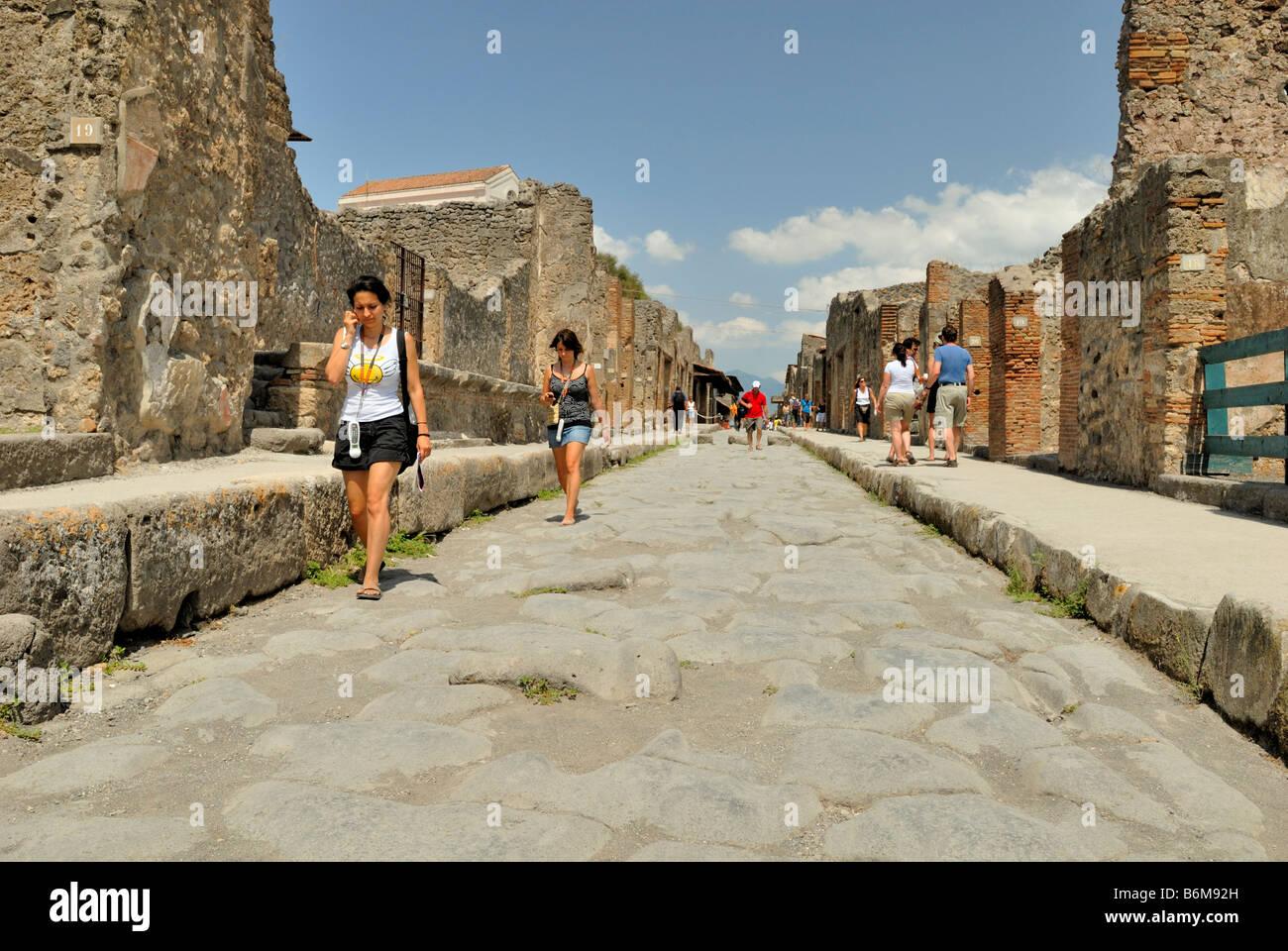 Feiner Blick auf die Straße, über Dell Abbondanza, die Touristen sind Audioführer hören, bei Stockbild