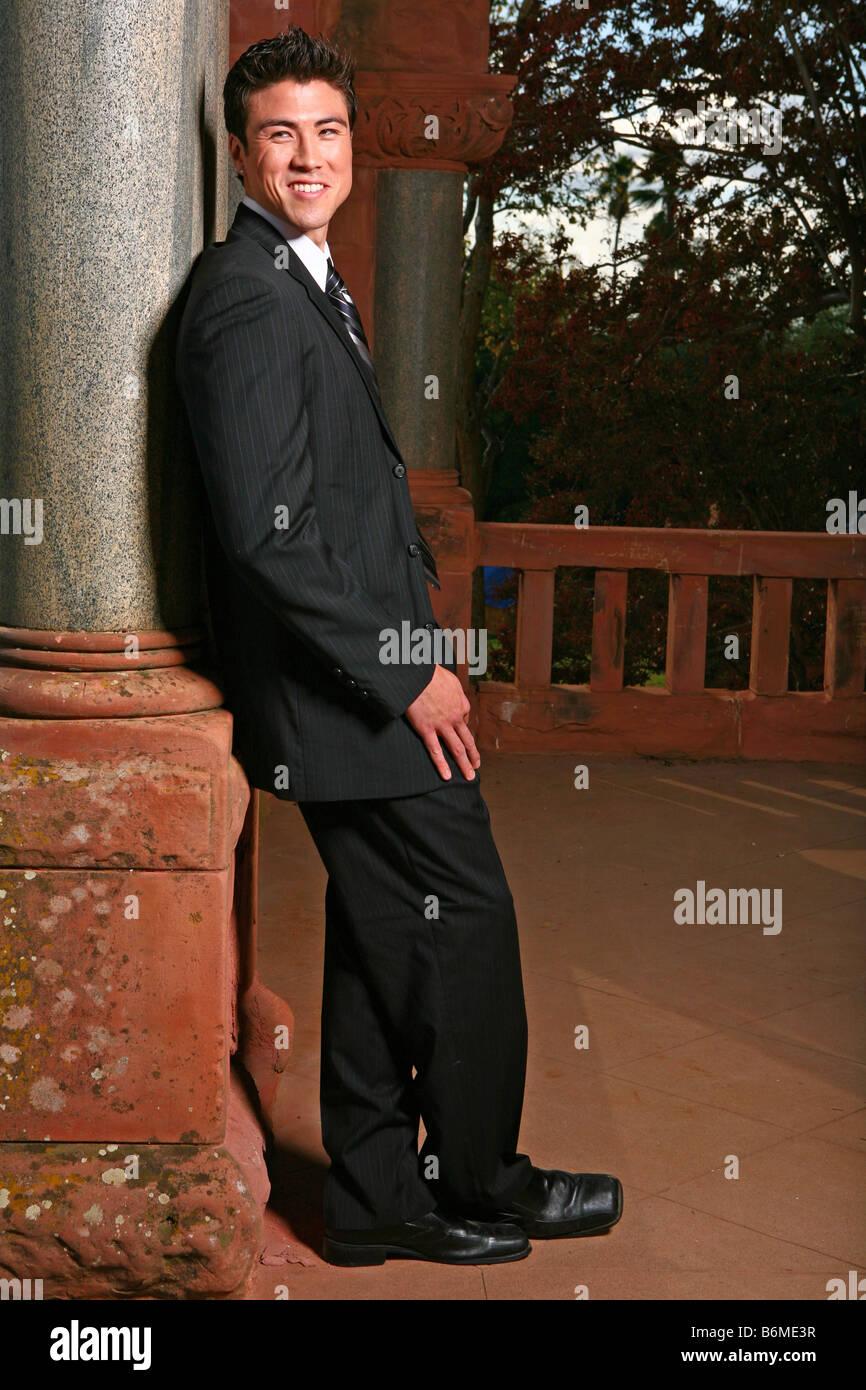 Schöner asiatischer Mann lächelnd stehen im freien Stockbild