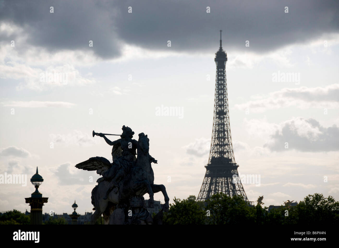 Eiffelturm in Paris, Frankreich mit Statue von Renommee, (Ruhm des Königs), silhouettiert Reiten Pegasus in Stockbild