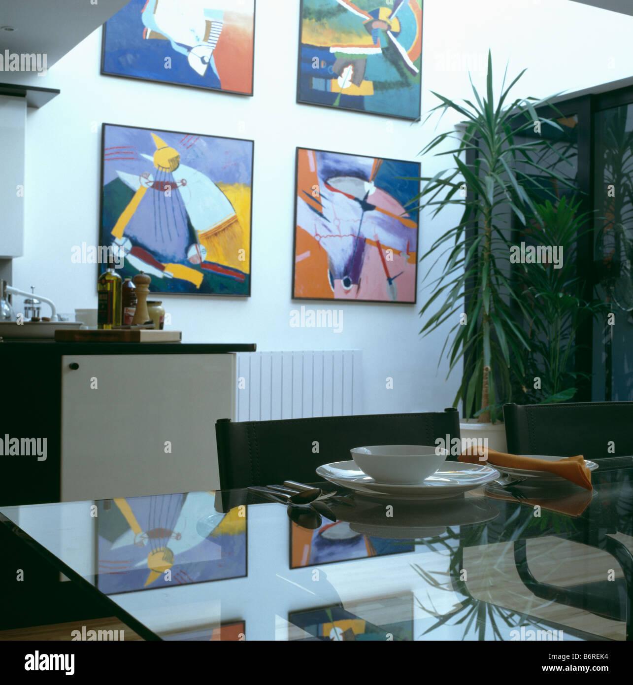 Farbenfrohe Gemalden Spiegelt Sich In Glastisch Im Modernen Weissen