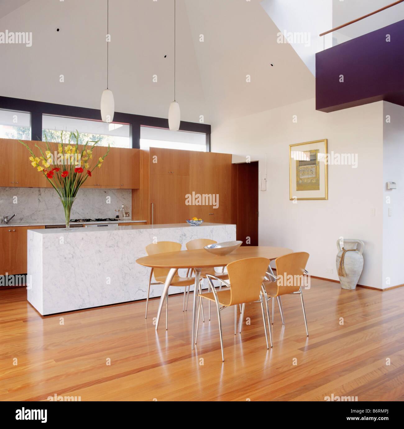 Sperrholz Stühle Und Tisch In Moderne Offene Küche Mit Holzboden Und Marmor  Verkleidet Insel Einheit