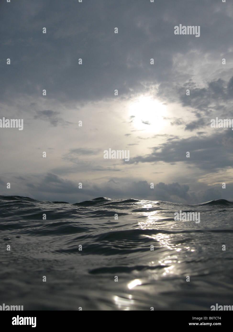 Blick auf Wasser und Himmel blickte von Oberfläche Stockfoto