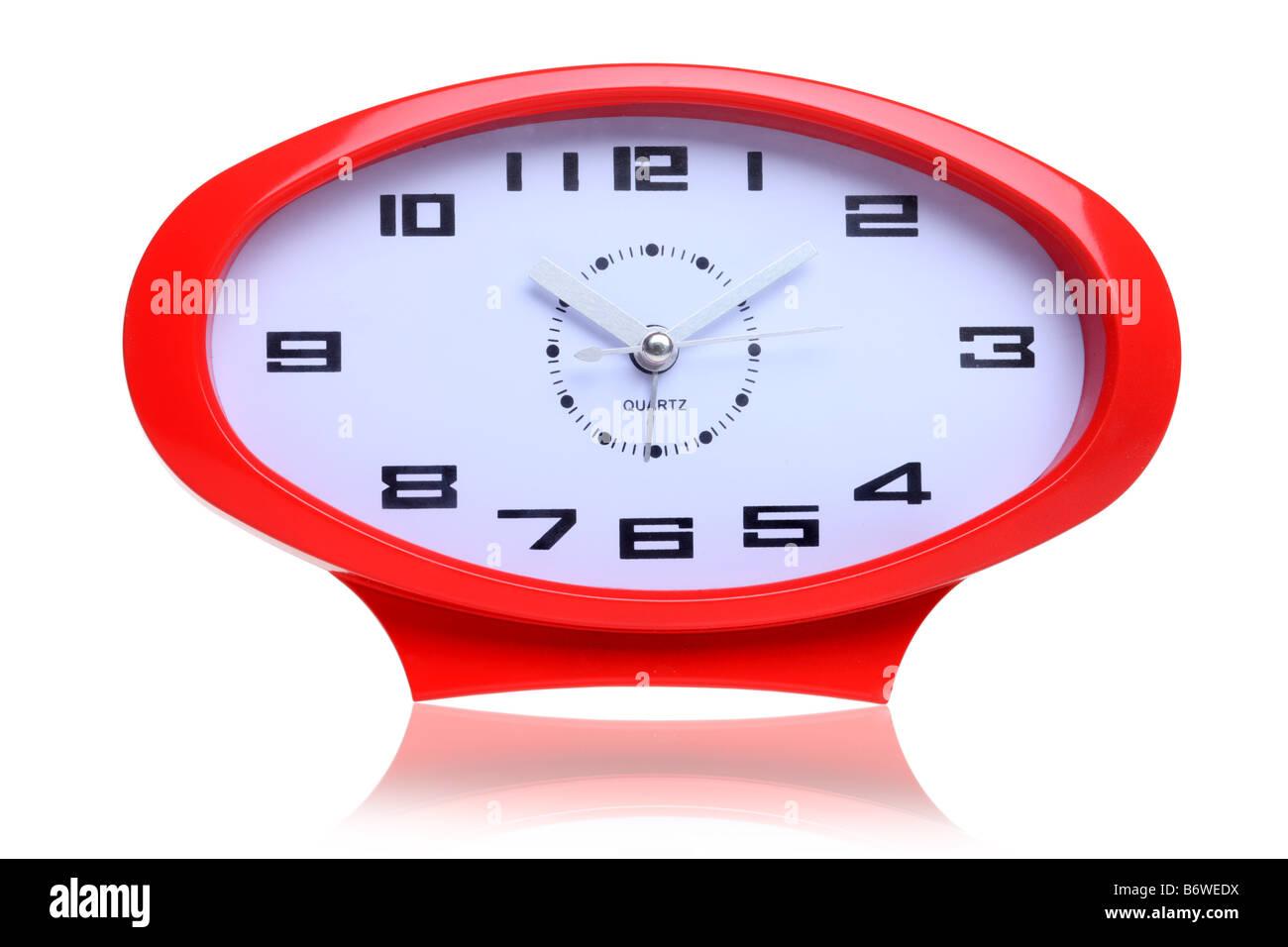 Rote Retro-ovale Uhr isoliert auf weißem Hintergrund ausschneiden Stockbild