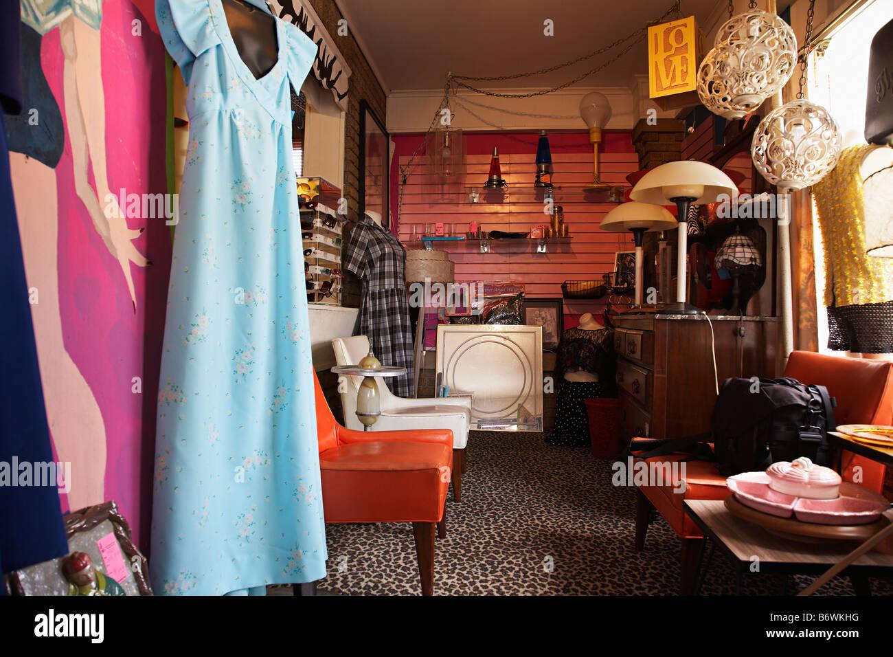 Kleidung und Möbel in überfüllten Second Hand Shop Stockbild