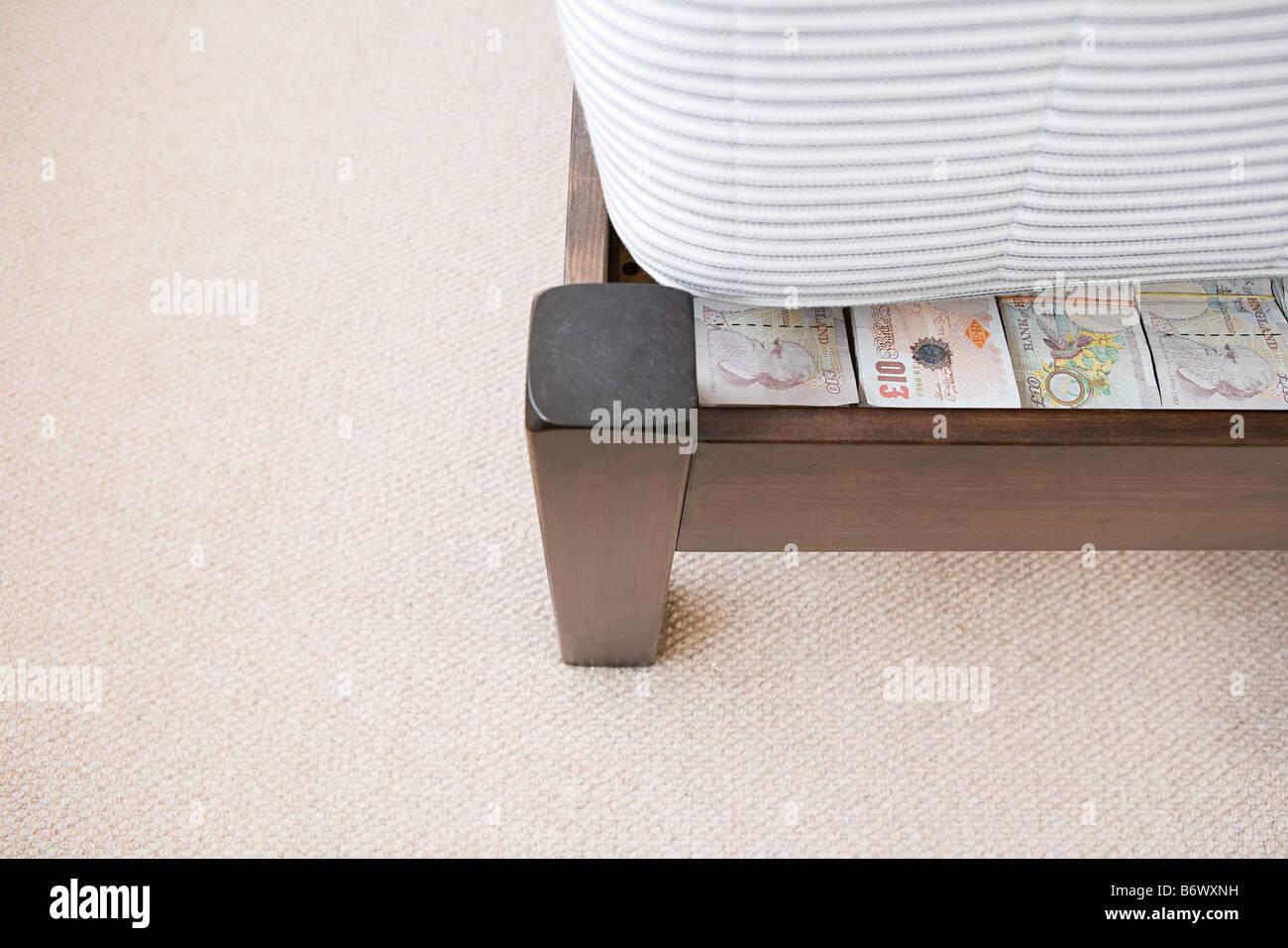 Geld versteckt unter einer Matratze Stockbild