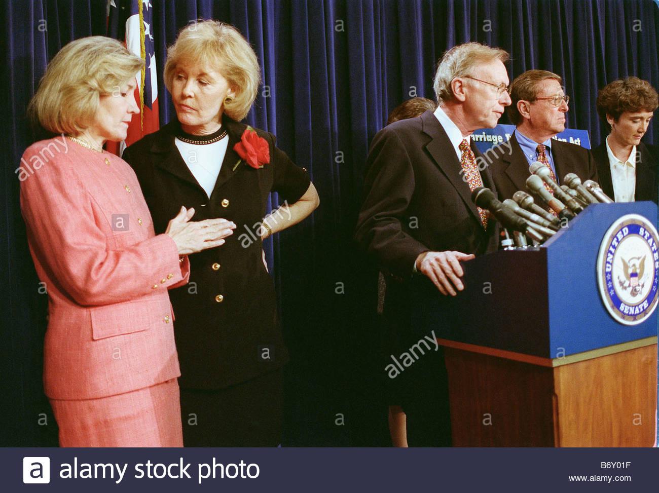 7 28 99 konsultieren STEUERSENKUNG Sen Kay Bailey Hutchison R Texas und Jennifer Dunn R Wash links während Stockbild