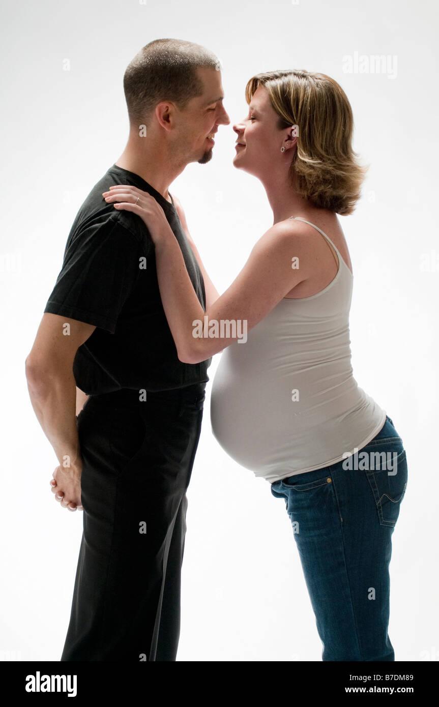 Mann und schwangere Frau im studio Stockbild