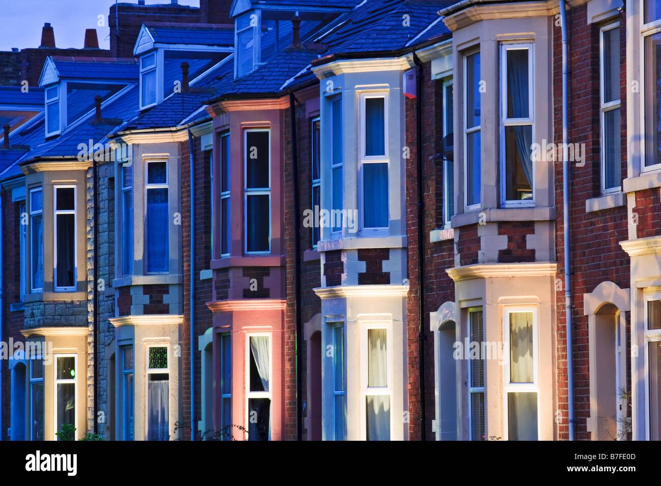 Terrassenförmig angelegten Gehäuse im Stil der 1930er Jahre auf Belgrave Crescent gegenüber Ridley Park in Blyth Stockfoto