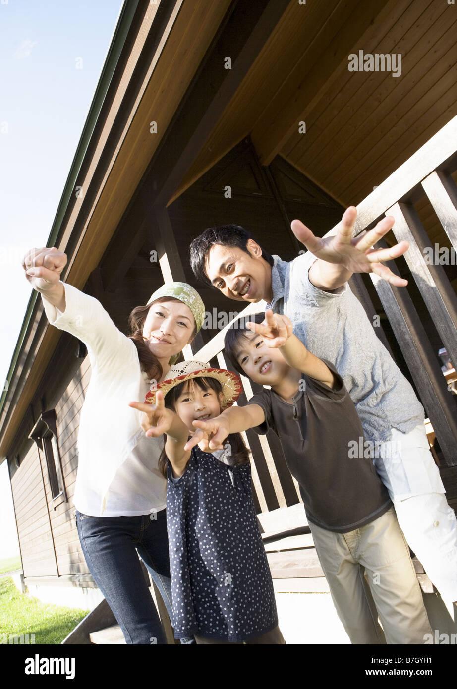 Familie mit Posen Stockbild
