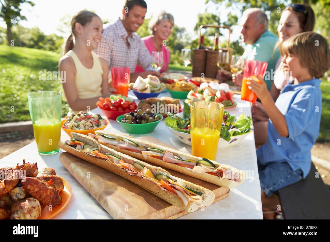 Familie, Essen im freien Stockbild