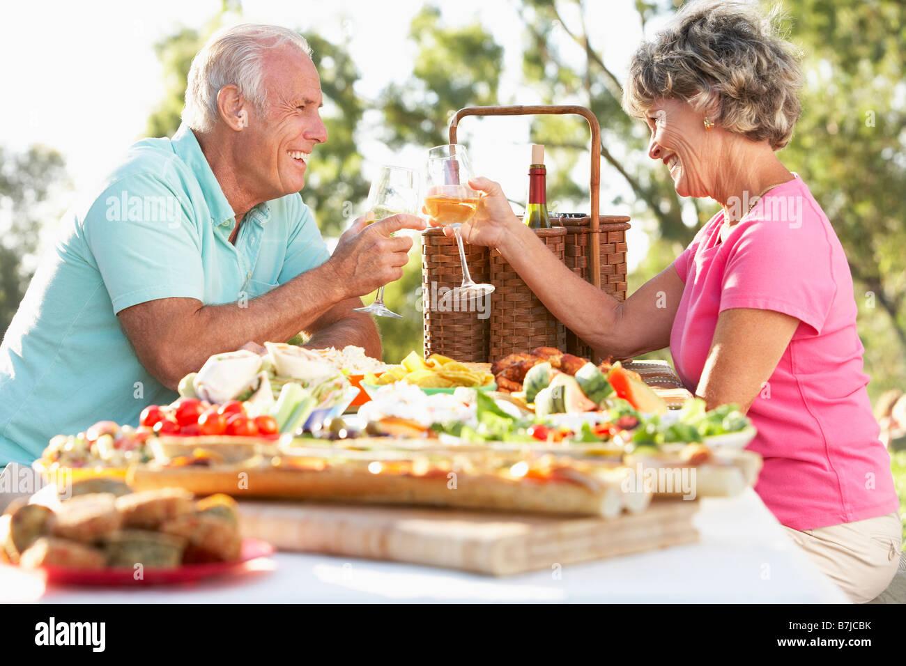 Paar Dining Al Fresco Stockbild