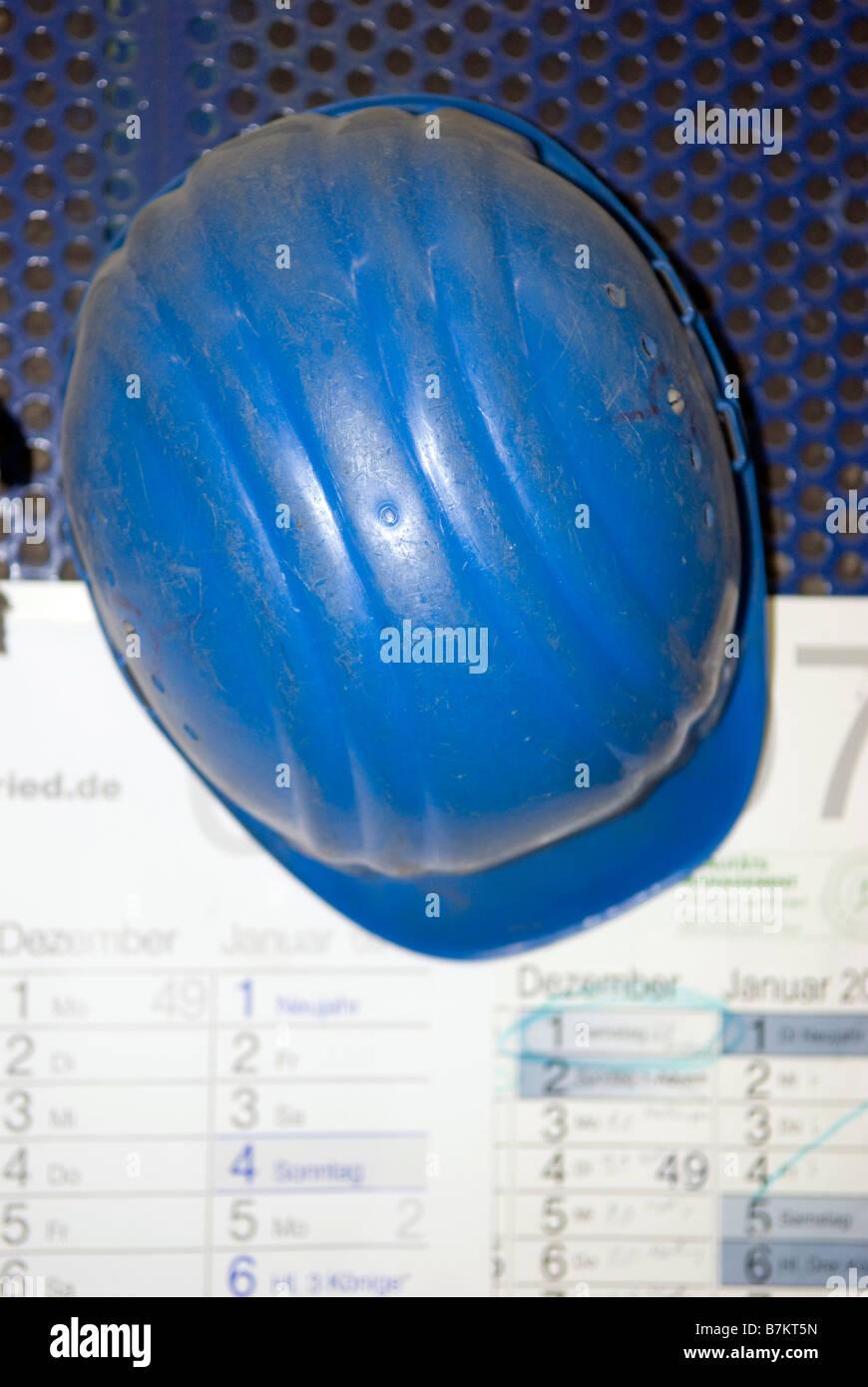 Bauarbeiterhelm auf Kalender, erhöhte Ansicht liegend Stockbild