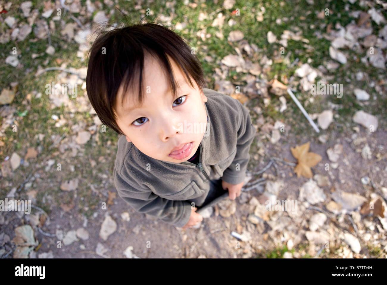 Hohen Winkel Portrait mürrisch zwei Jahre alten japanischen Jungen Stockbild