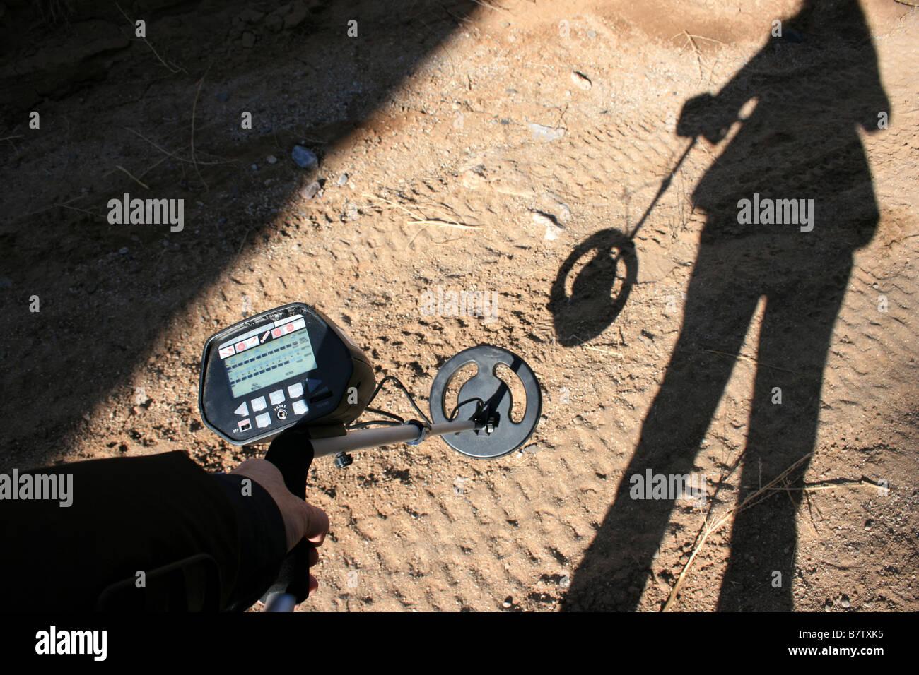 eine Person mit einem Metalldetektor nach Münzen suchen Stockbild