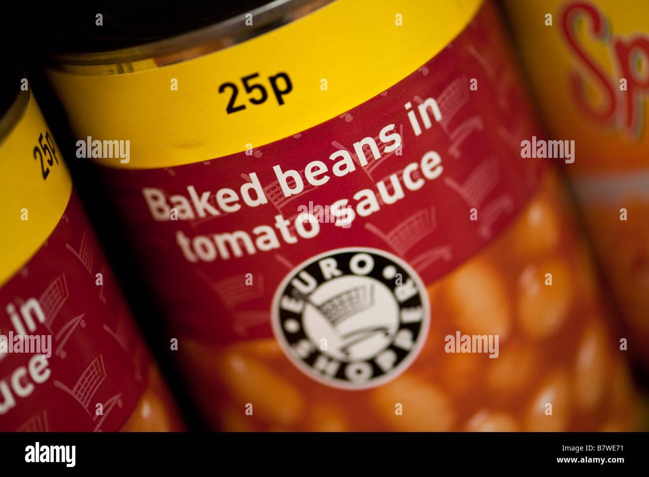 Blechdosen Eigenmarke Euro Shopper billig Rabatt generischen Essen auf Verkauf für 25p in einem Tante-Emma Stockbild