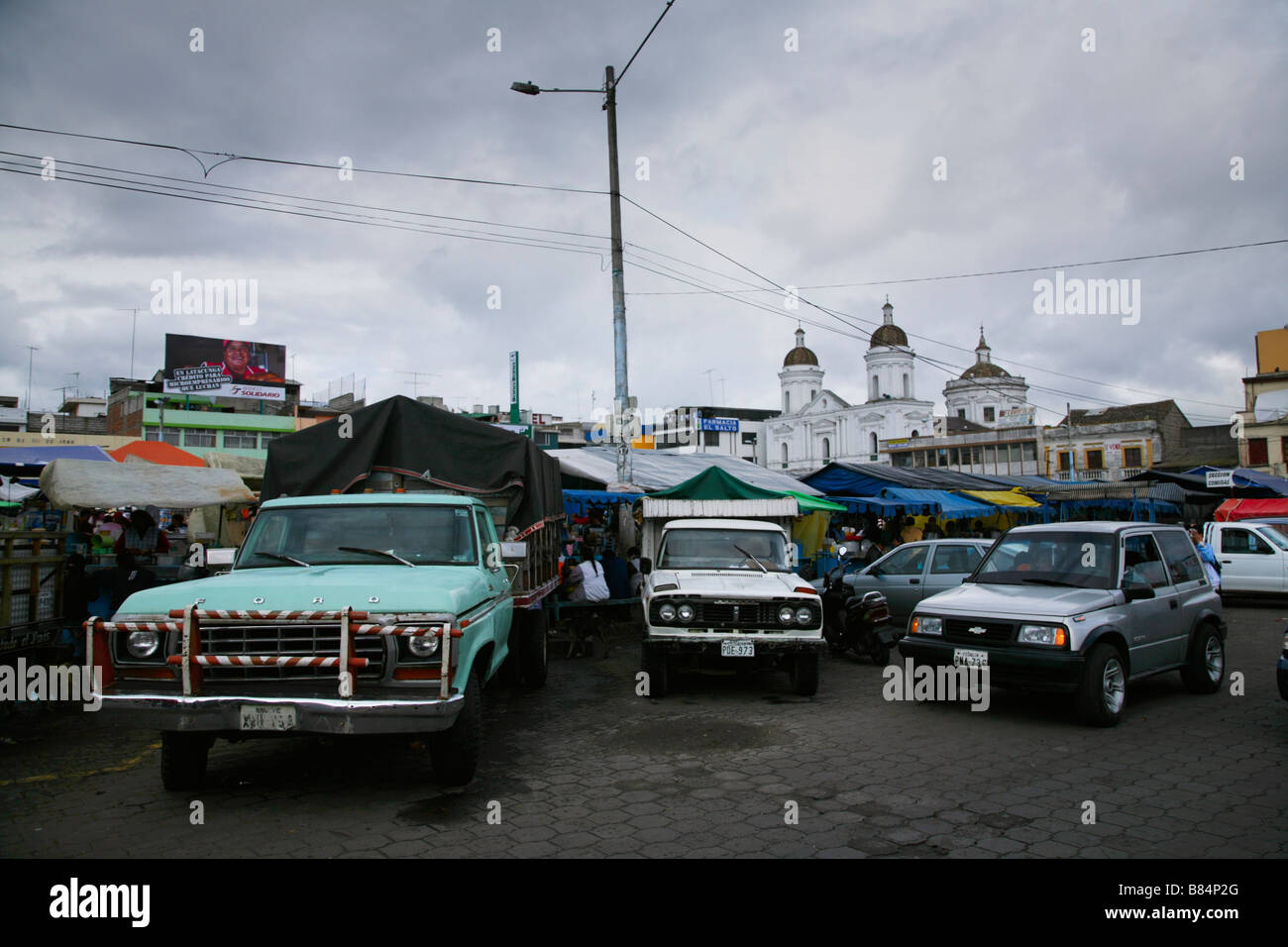 Fahrzeuge für Stellplatz aus dem Marktplatz, kämpfen Latacunga, Provinz Cotopaxi in Ecuador Stockbild