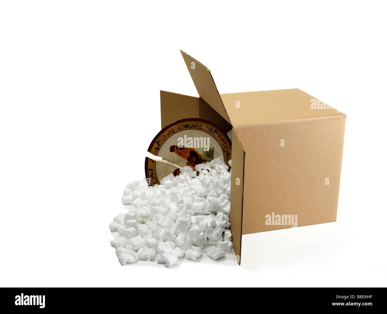 Offenen Karton Box mit gebrochenen Speiseteller Versand Stockbild
