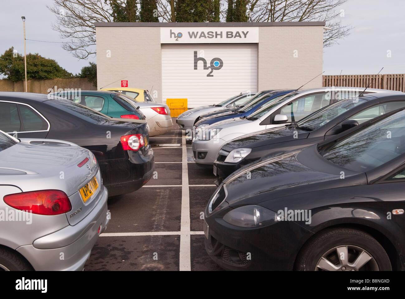 H2O-Weltklasse Reinigung Waschbox mit Zeichen für Auto-Waschanlagen und Parkservice-Unternehmen Stockbild