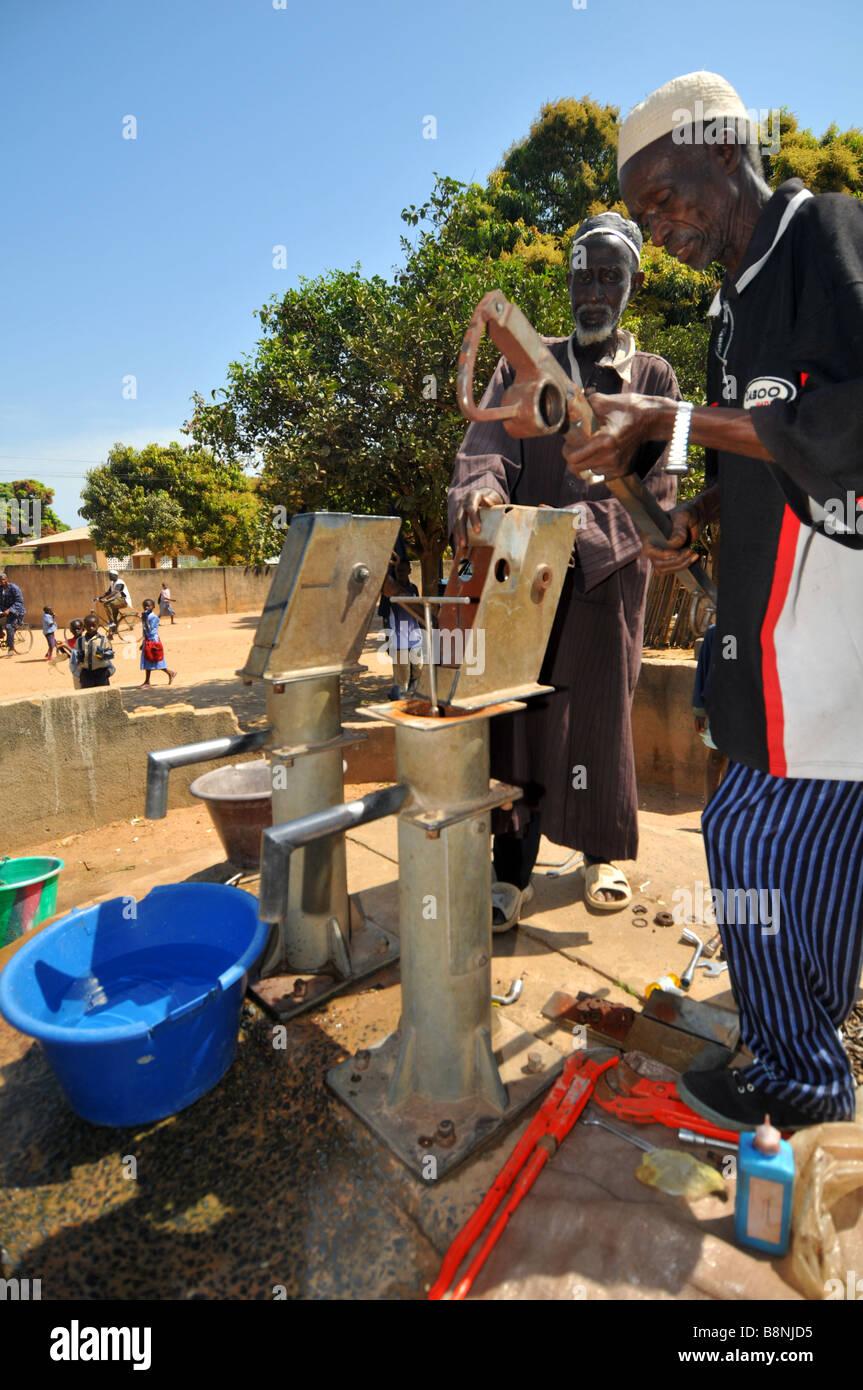 m nner reparieren eine wasserpumpe in einem dorf in gambia westafrika stockfoto bild 22603089. Black Bedroom Furniture Sets. Home Design Ideas