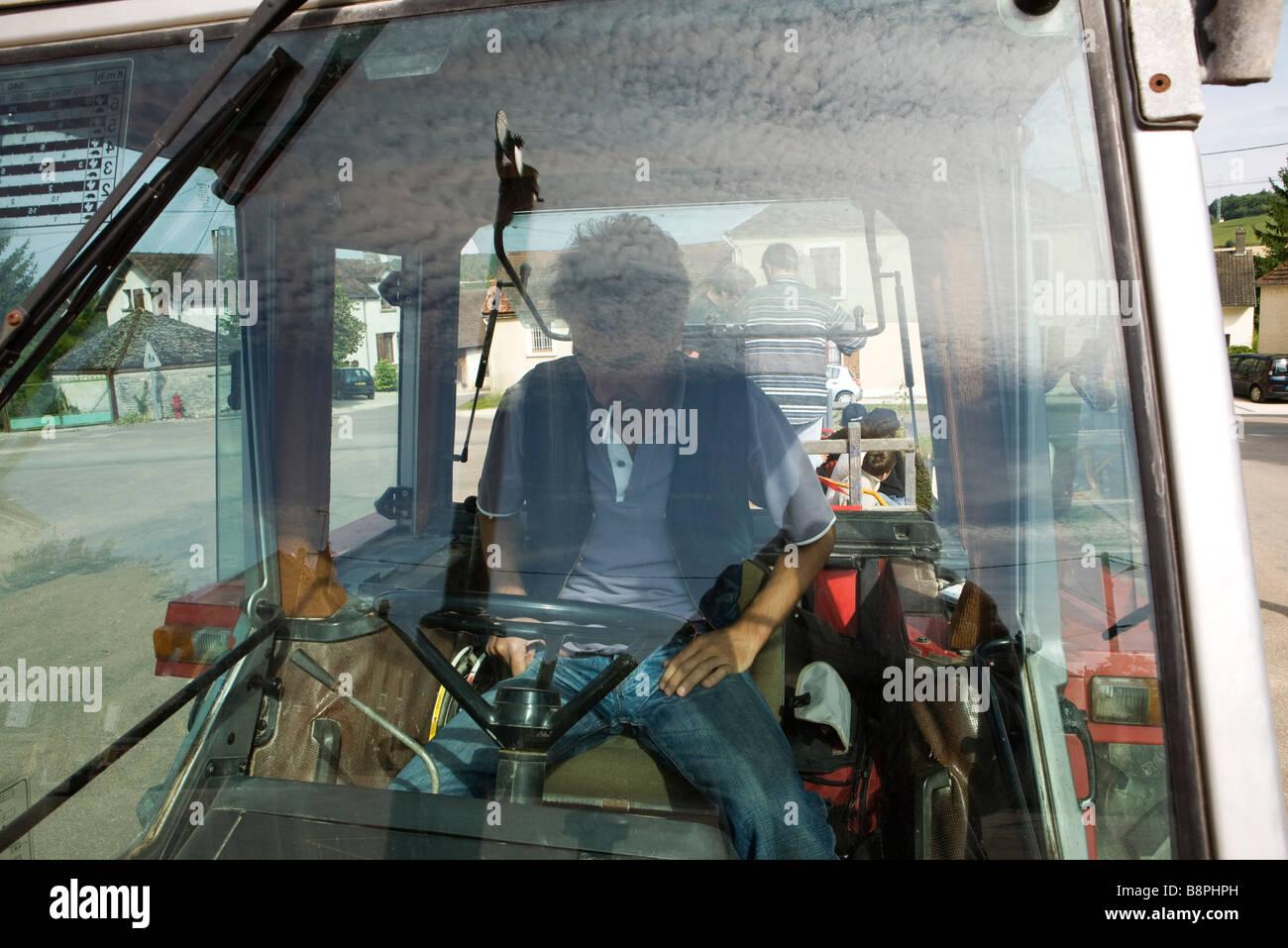 Frankreich, Champagne-Ardenne, Aube, Landarbeiter im Fahrzeug, blickte auf Lenkrad Stockbild