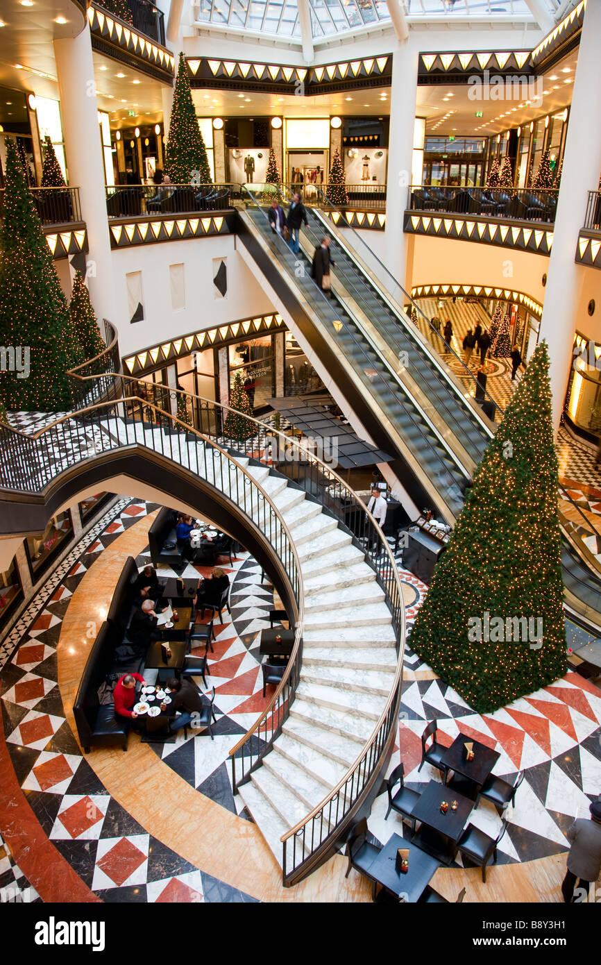 Innenraum des Einkaufszentrums an Weihnachten Berlin Deutschland Stockbild