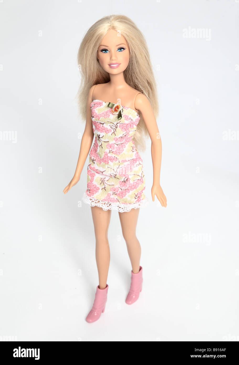 Barbie-Puppe trägt ein rosa Kleid. Stockbild