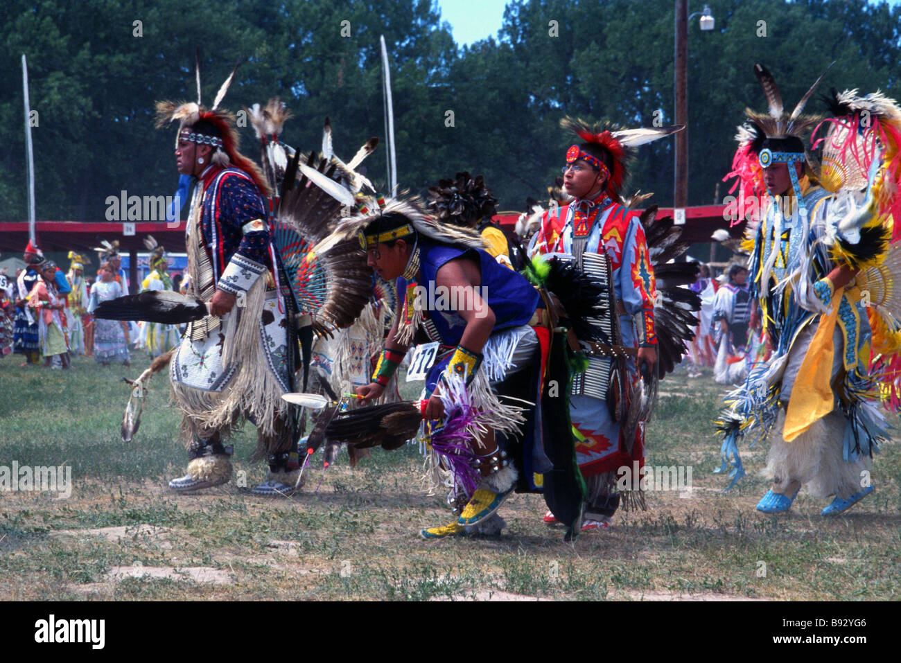 indianer tanzen bei einem powwow in pine ridge reservation south dakota usa stockfoto bild. Black Bedroom Furniture Sets. Home Design Ideas