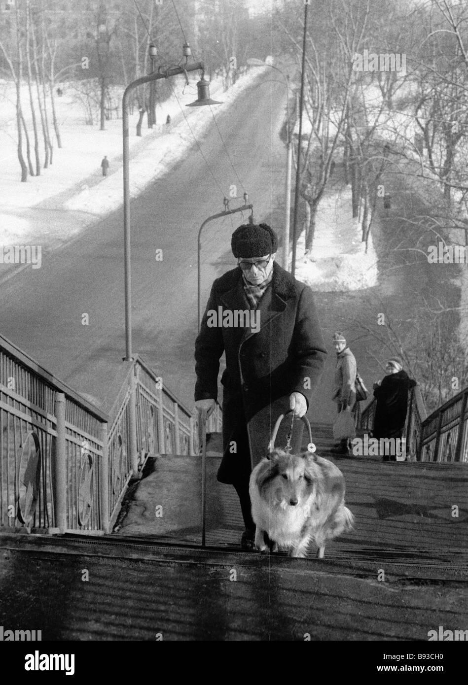 Geschichtslehrer Pavel Belov mit seinem Hund Stockbild