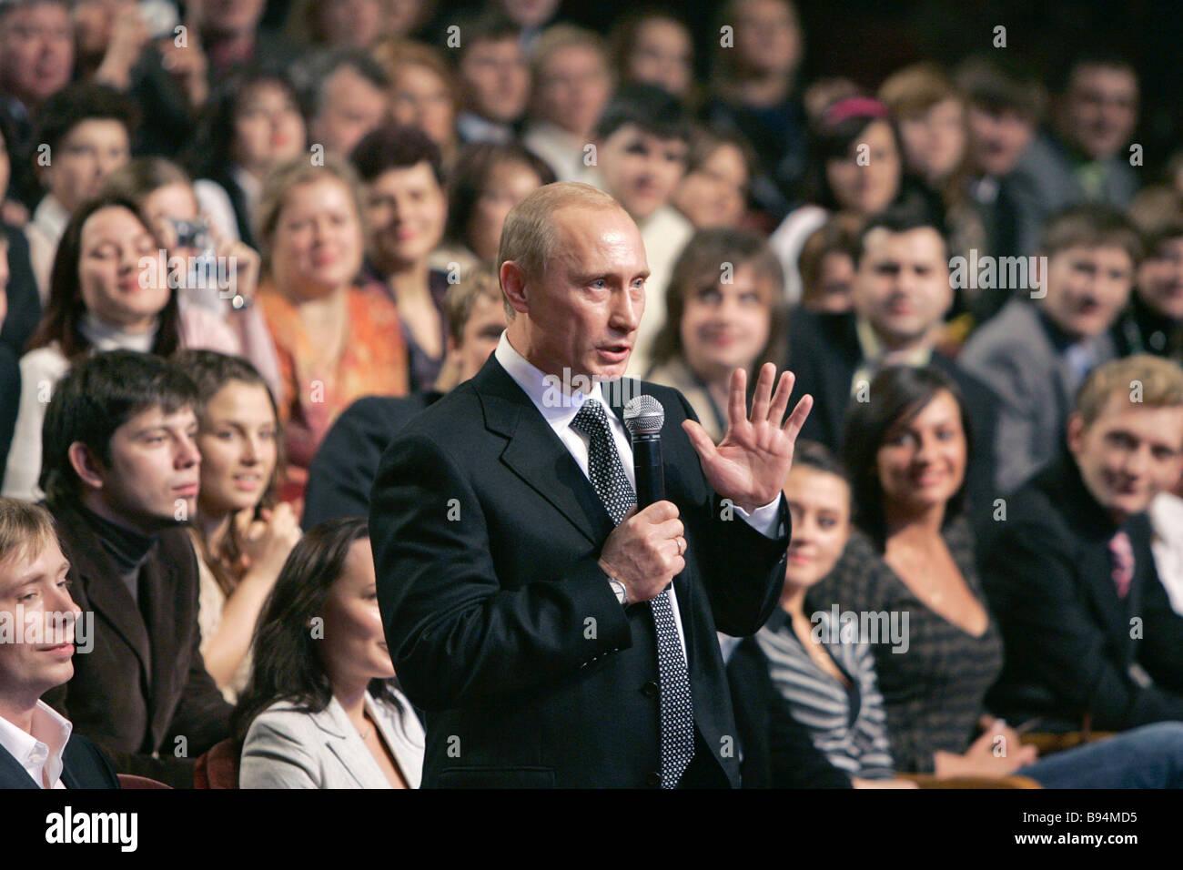 Der russische Präsident Vladimir Putin spricht ein russische Armee Theater-Publikum im Rahmen einer KVN 45 Stockbild