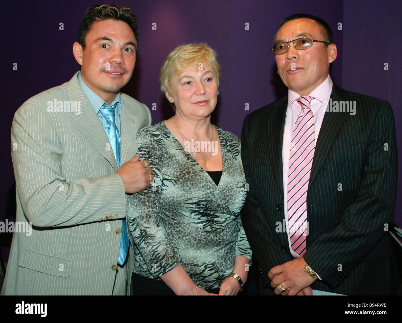 Absolute super leichte Box-Champion Konstantin Tzyu links mit seinen Eltern im internationalen Haus der Musik Stockbild