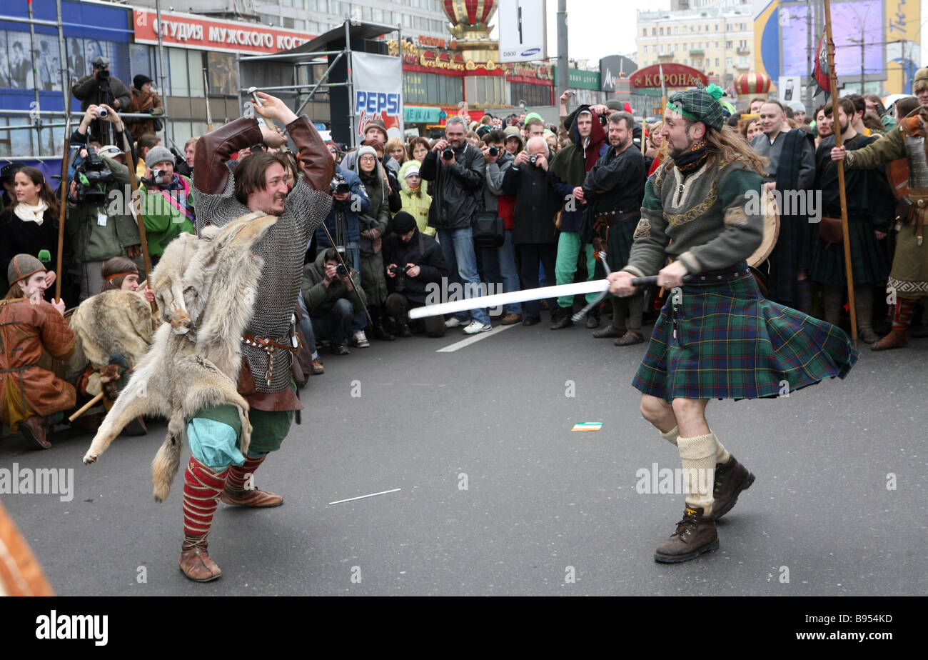 Mittelalterliche Schlacht-Tanz in St Patrick s Day Parade Novy Arbat eines Moskauer s zentrale Straßen Stockbild