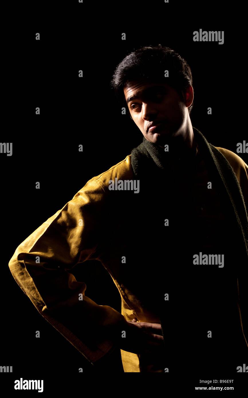 Schöner indischer Mann auf schwarzem Hintergrund Stockbild