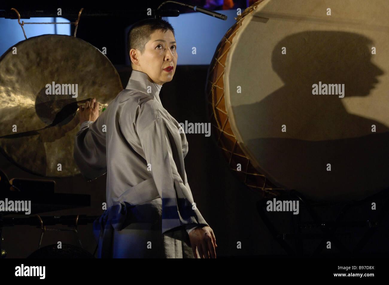 Midori Takada in dem Stück geht weg und verlassen Wiederbelebung von Traditionen komponiert und unter der Regie Stockbild