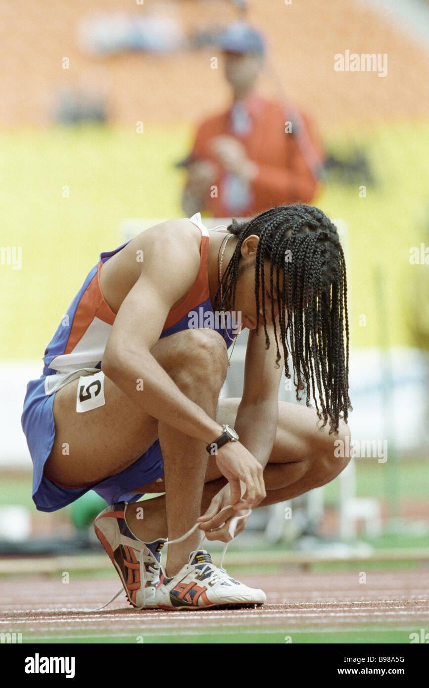 Sneakers auf der Rennstrecke Schnürung während 1998 Juvenile Weltspiele Stockbild