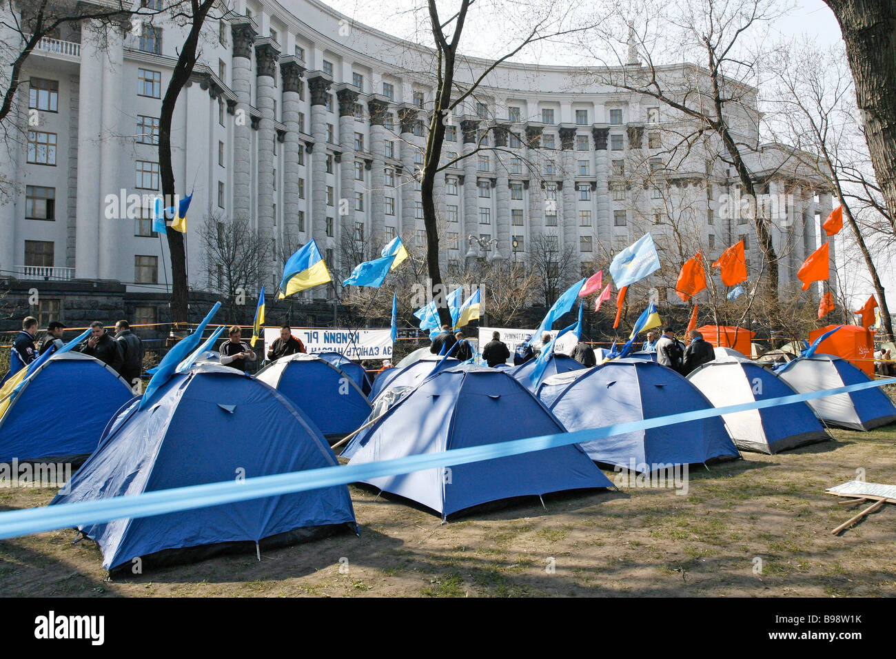 Unterstützer von Viktor Yanukovich neben dem Ministerkabinett Stockbild