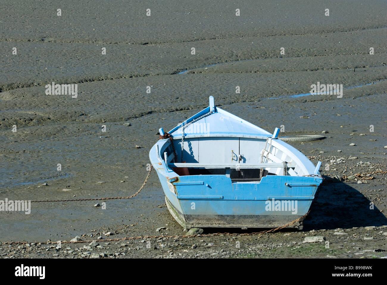 Ruderboot auf Schlamm Wohnung gestrandet Stockbild
