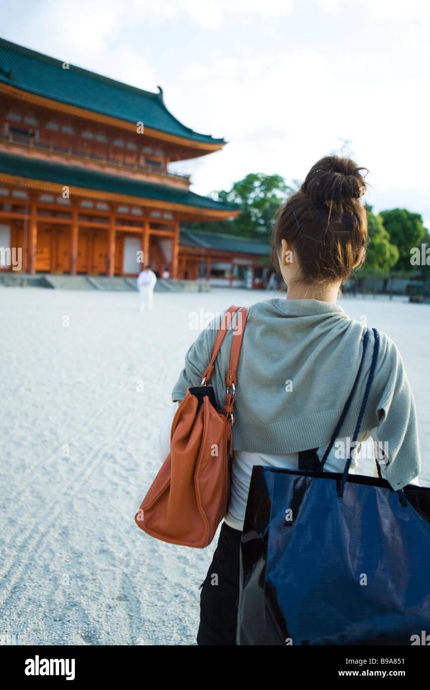 Weiblich, nähert sich der japanischen Tempel, Rückansicht Stockbild