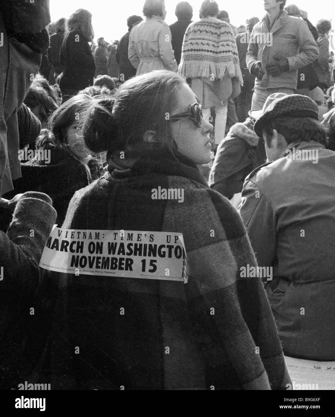 Worte auf der Rückseite eines Teilnehmers an einer Anti-Vietnam-Krieg-Rallye Vietnam Zeit ist bis März Stockbild