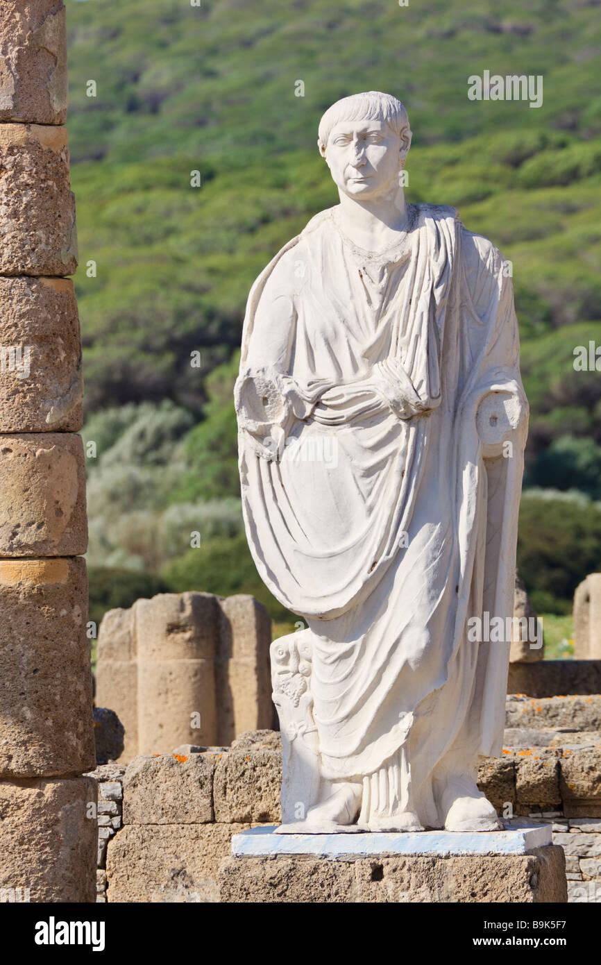 Römische Ruinen Baelo Claudia, Bolonia Cadiz Provinz Spanien Statue des Kaisers Trajan in der Basilika neben Stockbild